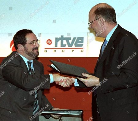 Md17 - 20020215 - Madrid Spain : General Manager of Spain's Public Tv Channel Rtve Javier Gonzalez Ferrari (l) Shjakes Hands with His French Counterpart of France 3 Remy Pflimlin (r) After the Signing of an Agreement Between Both Tv Channels For Promoting the Regional Informative Cooperation Through the Exchange of News Friday 15 February 2002 in Madrid Epa Photo Efe/javier Herranz/aa/bp/mda Spain Madrid