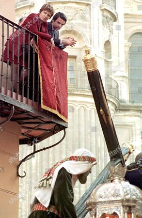 Mal102 - 19980406 - Malaga Spain : Spanish Prime Minister Jose Maria Aznar and Malaga Mayor Celia Villalobos Look From a Balcony Watching the Procession of the Passion of Jesus 06 April in Malaga During the Holy Week Celebrations Preceding Easter Spain Malaga