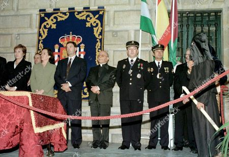 Ma103 - 19980408 - Malaga Spain : Malaga Mayor Celia Villalobos (l) Spain½s Justice Minister Margarita Mariscal De Gante (2nd L) and Other Unidentifed Authorities Look on During the Release of Prisoner Vctor Francisco Pardo Marfil (r) 08 April in Mlaga to Attend the Procession of Jesus Christ 'The Rich' During the Celebrations of the Holy Week Preceding Easter Spain Malaga