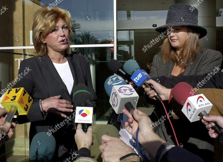 B05 - 20020126 - Barcelona Spain : Hans Heinrich Von Thyssen's Wife Spanish Tita Cervera (l) and Daugther Francesca (r) Answer Journalists' Questions in Front of Teknon Clinic in Barcelona Saturday 26 January 2002 where Her Husband was Admitted Some Days Ago Due to an Arrhythmia Problem Epa Photo Efe/lluis Gene/gb/gh Spain Barcelona