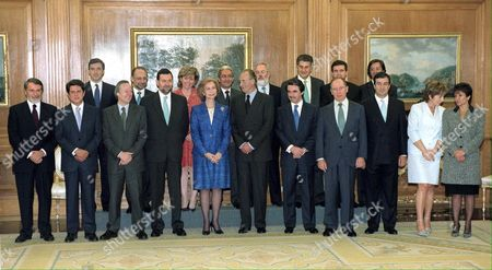 Md1 - 20000428 - Madrid Spain : Spanish King Juan Carlos (6th R) and Queen Sophia (5th L) Posing For a Family Photo with the New Members of Spanish Government on Friday 28 April 2000 at Zarzuela Palace in Madrid (l-r First Row) Ministers of Interior Jaime Mayor Oreja Defense Federico Trillo Foreign Affairs Josep Pique First Vicepremier Mariano Rajoy the Royal Couple Prime Minister Jose Maria Aznar Second Vicepremier and Finance Rodrigo Rato Infrastructure Francisco Alvarez Cascos Health Celia Villalobos Technology and Science Anna Birules; (l-r Second Row) Justice Angel Acebes Treasure Cristobal Montoro Educaction and Sports Pilar Del Castillo Labour and Social Affairs Juan Carlos Aparicio Agriculture Miguel Angel Canete Public Administrations Jesus Posada Environment Jaume Matas and Spokesmen Pio Cabanillas Epa Photo Efe/jj Guillen/gb-cl Spain Madrid
