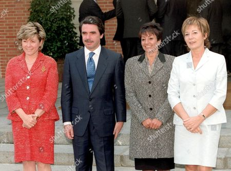 Md-28 - 20000428 - Madrid Spain : Spanish Prime Minister Jose Maria Aznar Poses with the New Female Ministers of the Spanish Government Minister For Education and Sports Pilar Del Castillo (l) Minister For Technology and Science Minister Anna Birules (2nd R) and Health Minister Celia Villalobos After the First Meeting of the New Government on Friday 28 April 2000 at the Moncloa Palace in Madrid Epa Photo Efe/juan M Espinosa/gb-cl Spain Madrid