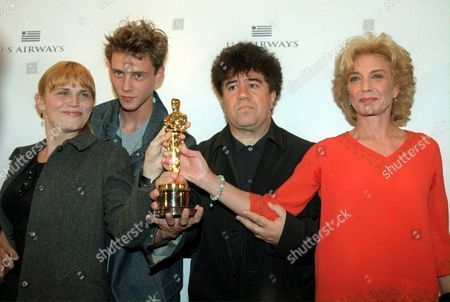 Md36 - 20000331 - Madrid Spain : Spanish Film Director Pedro Almodovar (2nd R) Poses with Spanish Actors Antonia San Juan (l) Eloy Azorin and Marisa Paredes After a Press Conference in Madrid Friday 31 March 2000 Showing Off the Oscar Won For the 'Best Foreign Film' with His Film 'All About My Mother' Epa Photo Efe/javier Lizon Spain Madrid