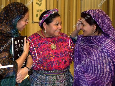 Sev 02 20011124- Sevilla Spain: Nobel Peace Prize Winner Rigoberta Mench (c) Chats with Saharian Women Jadiya Mouiaye (l) and Mulka Ahmed (r) Before Participating on Saturday 24 November 2001 in Sevilla in the Xxvii European Conference of the Coordination in Saharian People Support Epa Photo Efe/emilio Morenatti Spain Sevilla