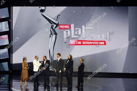 Stock Photo of Colombian Journalist Juan Carlos Arciniegas (2l) Speaks to From Left to Rigth Platino?s Winners of Best Art Direction Clara Nori For 'Relatos Salvajes' (wild Tales); Alex Catalan For 'La Isla Minima' (marshland); Damißn Szifr?n and Pablo Barbieri Best Editing For 'Relatos Salvajes' (wild Tales) and Jose Luiz Diaz Best Sound Direction For 'Relatos Salvajes' (wild Tales) During the Platino Iberoamerican Film Awards Ceremony in Marbella Spain 18 July 2015 Spain Marbella(m?laga)