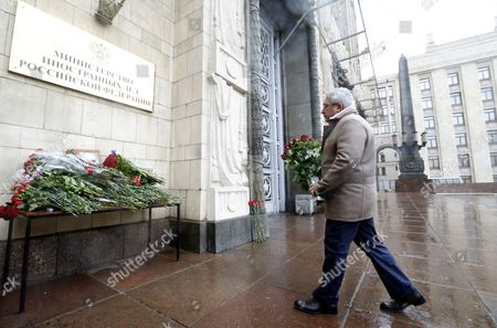 A man carries flowers as he arrives to pay last respect to late Russian Permanent Representative to the United Nations Vitaly Churkin at the Foreign Ministry headquarters in Moscow, Russia, 21 February 2017. Vitaly Churkin died suddenly in New York on 20 February.