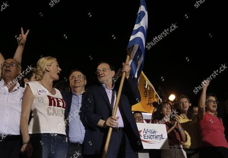 Panagiotis Lafazanis (c) Former Energy Minister in the Coalition Government of the Syriza Party and Leader of the New 'Popular Unity' Party Holds a Greek Flag During a Pre-election Rally in Central Athens Greece 15 September 2015 Others Are not Identified Elections Will Be Held On 20 September 2015