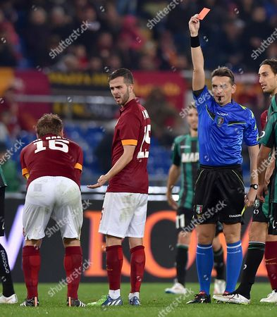 As Roma's Daniele De Rossi (l) Receives the Red Card From Referee Massimiliano Irrati During the Serie a Soccer Match Between As Roma and Sassuolo at the Olimpico Stadium in Rome Italy 06 December 2014