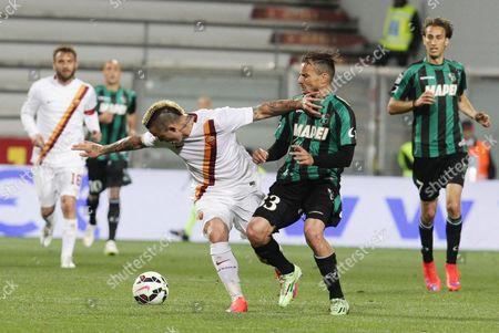 Sassuolo's Matteo Brighi (r) and Roma's Radja Nainggolan in Action During the Italian Serie a Soccer Match Us Sassuolo Vs As Roma at Mapei Stadium in Reggio Emilia Italy 29 April 2015