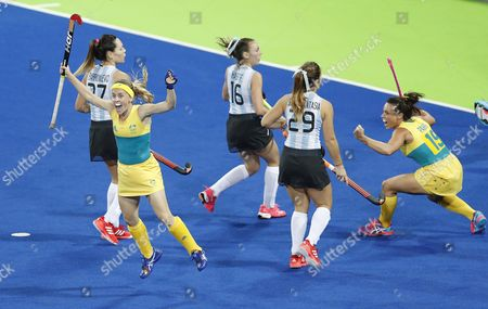 Australia's Emily Smith (l) Celebrates a Goal Against Argentina During Their Rio 2016 Olympic Games Women's Field Hockey Match at the Olympic Hockey Centre in Rio De Janeiro Brazil 11 August 2016 Brazil Rio De Janeiro