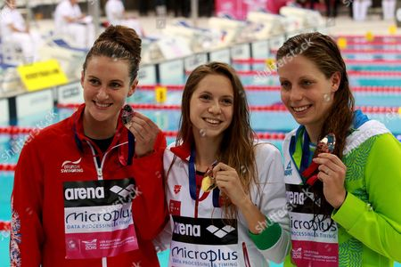 Boglarka Kapas (c) of Hungary Celebrates Winning the Gold Medal Flanked by Silver Medal Winner Jazmin Carlin (l) of Britain and Bronze Medal Winner Tjasa Oder (r) of Slovenia During the Women's 800 M Freestyle Final of the Len European Aquatics Championships 2016 in London Britain 19 May 2016 United Kingdom London