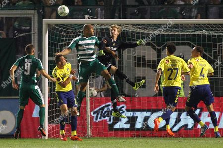 V?ctor Ibarbo (c) of Panathinaikos Athens and Goalkepper Frederik Ronnow (r) of Brondby in Action During the Uefa Europa League Play Offs Match Between Panathinaikos Athens and Brondby at Apostolos Nikolaidis in Athens Greece 18 August 2016 Greece Athens