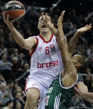 Jerome Randle (r) of Zalgiris Kaunas and Nikos Zisis of Brose Baskets Bamberg in Action During the Euroleague Top 16 Basketball Game Between Zalgiris Kaunas and Brose Baskets Bamberg in Kaunas Lithuania 04 March 2016 Lithuania Kaunas