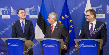 European Commission President Jean-claude Juncker (c) Estonian Prime Minister Taavi Roivas (l) and Finnish Prime Minister Juha Sipila (r) Gives a Press Conference After the Signature of the 'Balticconnector' Pipeline Project Agreement at Eu Commission Headquarters in Brussels Belgium 21 October 2016 Balticconnector is a 7 2 Mcm/day Bi-directional Offshore Gas Transmission Pipeline Between Estonia and Finland Belgium Brussels