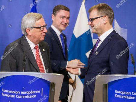 European Commission President Jean-claude Juncker (l) Estonian Prime Minister Taavi Roivas (c) and Finnish Prime Minister Juha Sipila (r) Shake Hands After the Signature of the 'Balticconnector' Pipeline Project Agreement at Eu Commission Headquarters in Brussels Belgium 21 October 2016 Balticconnector is a 7 2 Mcm/day Bi-directional Offshore Gas Transmission Pipeline Between Estonia and Finland Belgium Brussels
