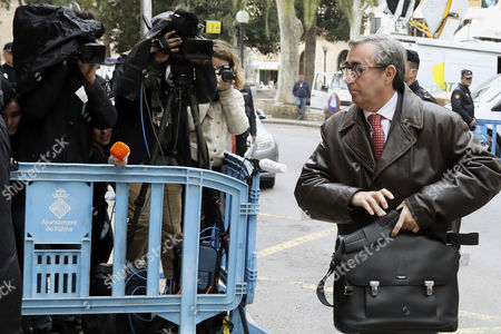 Diego Torres (C), former partner of Spanish Princess Cristina's husband Inaki Urdangarin, arrives to the court house in Palma Majorca, the Balearic Islands, eastern Spain, 23 February 2017. Inaki Urdangarin was sentenced to six years and three months in prison and his former partner, Diego Torres, to eight and half years in prison, after they were found guilty on 17 February for corruption and tax offences in the Noos corruption case. Princess Cristina was acquited of the charges of fraud but was sentenced to pay a fine of 265,000 euros.