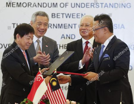 Malaysia's Minister at Prime Minister's Department Abdul Rahman Dahlan (r) Shakes Hand with Singapore's Coordinating Minister For Infrasturcture and Minister of Transport Khaw Boon Wan (l) After Signing a Memorandum of Understanding on the Kuala Lumpur - Singapore High-speed Rail (hsr) Project Witness by Malaysian Prime Minister Najib Abdul Razak (c-l) and His Singaporean Counterpart Lee Hsien Loong C-l) in Putrajaya Malaysia 19 July 2016 Mr Lee is in Malaysia to Witness the Signing Ceremony of the Memorandum of Understanding Concerning the Kuala Lumpur-singapore High Speed Rail and to Discuss Bilateral Issues of Mutual Concern Malaysia Putrajaya