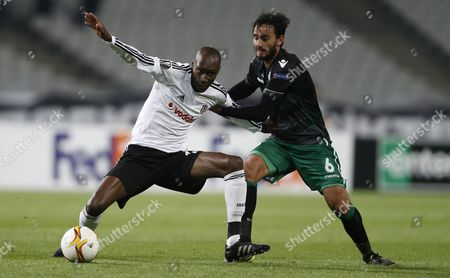 Besiktas' Atiba Hutchinson (l) Fights For Ball Against Sporting Lisbon's Alberto Aquilani During the Uefa Europa League Group H Soccer Match in Istanbul Turkey 01 October 2015 Turkey Istanbul
