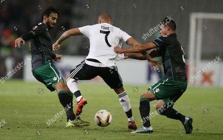 Besiktas' Gokhan Tore (c) Fights For Ball Against Sporting Lisbon's Alberto Aquilani (l) and Jonathan Silva During the Uefa Europa League Group H Soccer Match in Istanbul Turkey 01 October 2015 Turkey Istanbul
