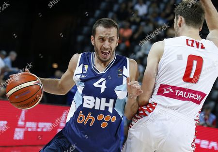 Stock Image of Poland's Aleksander Czyz (r) in Action Against Bosnia's Muhamed Pasalic (l) During the Eurobasket 2015 Group a Match Between Poland and Bosnia and Herzegovina at the Park and Suites Arena in Montpellier France 05 September 2015 France Montpellier