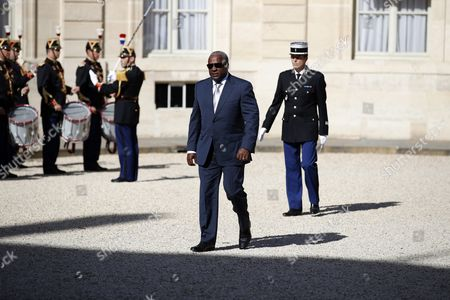 Ghana's President John Mahama Dramani (c) Arrives at the Elysee Palace to Meet with French President Francois Hollande (unseen) in Paris France 27 September 2016 France Paris