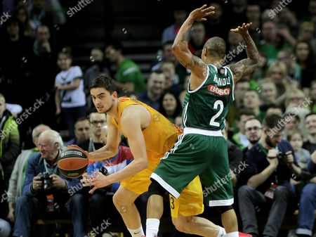 Jerome Randle (r) of Zalgiris Kaunas and Tomas Satoransky of Barcelona Lassa During Euroleague Top 16 Game Between Zalgiris Kaunas and Barcelona Lassa in Kaunas Lithuania 7 April 2016 Lithuania Kaunas