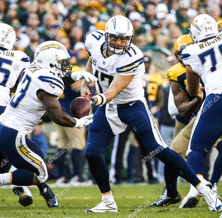 San Diego Chargers Quarterback Philip Rivers (r) Hands the Ball Off to San Diego Chargers Running Back Branden Oliver (l) in the First Half of the Nfl American Football Game Between the San Diego Chargers and the Green Bay Packers at Lambeau Field in Green Bay Wisconsin Usa 18 October 2015 United States Green Bay