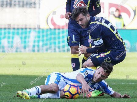 Pescara's Valerio Verre (l) and Chievo's Perparim Hetemaj in action during the Italian Serie A soccer match AC Chievo vs Pescara at Bentegodi stadium in Verona, Italy, 26 February 2017.