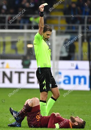 The referee Paolo Tagliavento shows the yellow card to AS Roma's midfielder Daniele De Rossi during the Serie A soccer match between FC Internazionale Milan and AS Roma at the Giuseppe Meazza stadium in Milan, Italy, 26 February 2017.