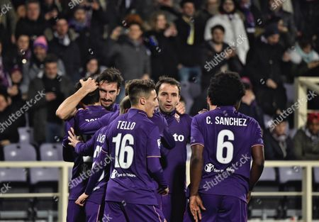 Fiorentina's Riccardo Saponara (L) jubilates with his teammates after scoring the 1-0 goal, during the Italian Serie A soccer match between Acf Fiorentina and Torino Fc at Artemio Franchi stadium in Florence, Italy, 27 February 2016.
