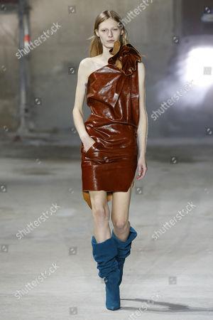 Julia Nobis on the catwalk
