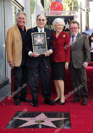 Us Singer Steve Tyrell (l) Us Songwriter Hal David (2l) His Wife Eunice David (2r) and Us Singer/songwriter Paul Williams (r) Pose with David's Star on the Hollywood Walk of Fame During Ceremony in Hollywood California Usa 14 October 2011 David Received the 2 451st Star on the Hollywood Walk of Fame United States Hollywood