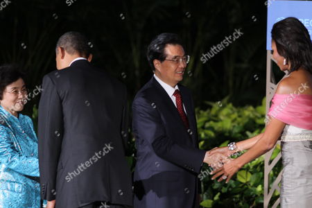President of the United States of America Barack Obama (2-l) and First Lady Michelle Obama (r) Greet President of the People's Republic of China Hu Jintao (2-r) and Wife Liu Yongqing (l) Before the Asia Pacific Economic Cooperation Leaders Dinner Held at the Hale Koa Hotel in Honolulu Hawaii Usa 12 November 2011 United States Honolulu