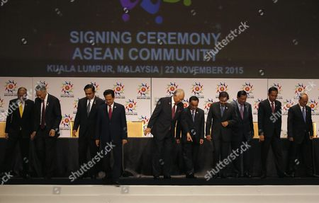 Asean Countries Leaders (l-r) Philippines President Benigno Aquino Iii Singapore Prime Minister Lee Hsien Loong Thailand Prime Minister Prayut Chan-o-cha Vietnam Prime Minister Nguyen Tan Dung Malaysia Prime Minister Najib Razak Laos Prime Minister Thongsing Thammavong Brunei Sultan Hassanal Bolkiah Cambodia Prime Minister Hun Sen Indonesia President Joko Widodo Myanmar President Thein Sein Leave the Stage During the Signing Ceremony As Part of the 27th Asean Summit in Kuala Lumpur Malaysia 22 November 2015 Malaysia is Hosting the 27th Asean Summit a Meeting Between Asean Member Countries and Its Three Dialogue Partners China Japan and Korea As Well As a Meeting of the East Asia Summit (eas) Forum Malaysia Kuala Lumpur
