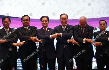 (l-r) Singapore Permanent Secretary of Ministry of Foreign Affairs Chee Wee Kiong Thailand Prime Minister Prayut Chan-o-cha Vietnam Prime Minister Nguyen Tan Dung United Nations Secretary General Ban Ki-moon Malaysia Prime Minister Najib Razak Laos Prime Minister Thongsing Thammavong Link Their Hands For a Group Photo During the 7th Asean-united Nations Summit As Part of the 27th Asean Summit in Kuala Lumpur Malaysia 22 November 2015 Malaysia is Hosting the 27th Asean Summit a Meeting Between Asean Member Countries and Its Three Dialogue Partners China Japan and Korea As Well As a Meeting of the East Asia Summit (eas) Forum Malaysia Kuala Lumpur