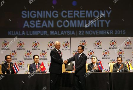 Asean Countries Leaders (back Row L-r) Thailand Prime Minister Prayut Chan-o-cha Vietnam Prime Minister Nguyen Tan Dung Laos Prime Minister Thongsing Thammavong Brunei Sultan Hassanal Bolkiah Applaud As Malaysia Prime Minister Najib Razak (front L) Shakes Hands with Asean Secretary-general Le Luong Minh (front R) During the Signing Ceremony As Part of the 27th Asean Summit in Kuala Lumpur Malaysia 22 November 2015 Malaysia is Hosting the 27th Asean Summit a Meeting Between Asean Member Countries and Its Three Dialogue Partners China Japan and Korea As Well As a Meeting of the East Asia Summit (eas) Forum Malaysia Kuala Lumpur