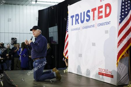 Us Tv and Radio Personality Glenn Beck Gets on His Knees While Speaking During a Rally For Republican Presidential Candidate Ted Cruz in Iowa City Iowa Usa 31 January 2016 the Iowa Caucus Will Be Held 01 February 2016 and is the First Official Test of Candidates Seeking Their Party's Nominations United States Iowa City