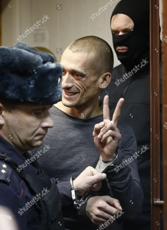 Russia's Political Performance Artist Pyotr Pavlensky (c) Flashes a Victory Sign While Being Escorted to a Court Room at the Tagansky District Court in Moscow Russia 10 November 2015 a Criminal Case Has Been Opened Against Pavlensky who was Detained in Moscow After He Had Set Fire at the Door of Federal Security Service (fsb) Headquarters During His Action Under the Name of 'Threat' in the Early Hours of 09 November 2015 Russian Federation Moscow