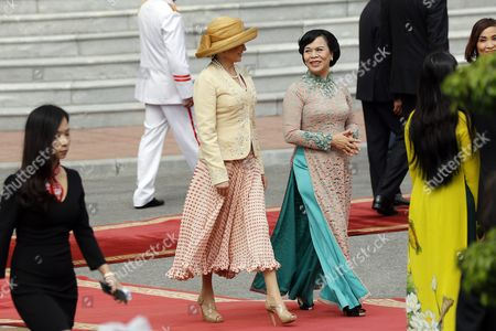 Dorrit Moussaieff (c) Wife of President of Iceland Olafur Ragnar Grimsson and Mai Thi Hanh (r) Wife of Vietnam's President Truong Tan Sang Walk at the Presidential Palace in Hanoi Vietnam 04 November 2015 Grimsson is in Vietnam For an Official Visit From 03 to 06 November 2015 Viet Nam Hanoi