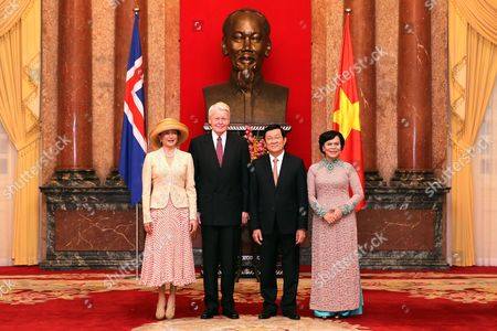 President of Iceland Olafur Ragnar Grimsson (2-l) and His Wife Dorrit Moussaieff (l) Vietnam's President Truong Tan Sang (2-r) and His Wife Mai Thi Hanh (r) Pose For a Group Photo at the Presidential Palace in Hanoi Vietnam 04 November 2015 Grimsson is in Vietnam For an Official Visit From 03 to 06 November 2015 Viet Nam Hanoi