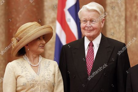 President of Iceland Olafur Ragnar Grimsson (r) and His Wife Dorrit Moussaieff (l) Pose For a Photo at the Presidential Palace in Hanoi Vietnam 04 November 2015 Grimsson is in Vietnam For an Official Visit From 03 to 06 November 2015 Viet Nam Hanoi