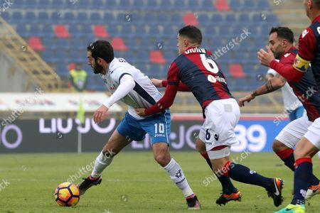 Riccardo Saponara of Empoli (left) in Action with Federico Viviani of Bologna Fc During the Italian Serie a Soccer Match Bologna Fc Vs Empoli at 'Dall'ara' Stadium in Bologna Italy 11 December 2016 Italy Bologna