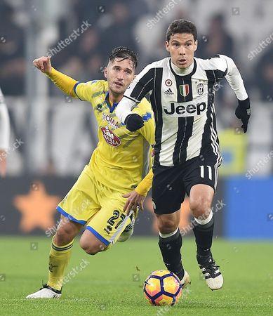 Juventus' Hernanes (r) and Pescara's Stefano Pettinari Battle For the Ball During the Italian Serie a Soccer Match Juventus Vs Pescara at Juventus Stadium in Turin Italy 19 November 2016 Italy Turin