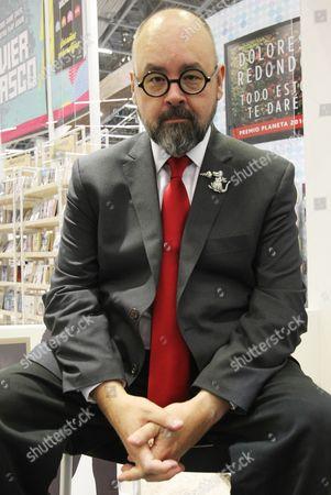 Spanish Writer Carlos Ruiz Zafon Poes During a Press Conference at the 30th Internaitonal Book Fair of Guadalajara in Jalisco Mexico 28 November 2016 Mexico Guadalajara