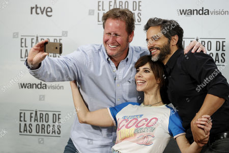 Spanish Film Director Gerardo Olivares (l) Poses For a Selfie with Actors and Cast Members Spanish Maribel Verdu and Argentine Joaquin Furriel During the Presentation of the Film 'El Faro De Las Orcas' (lit: the Lighthouse of the Orcas) in Madrid Spain 13 December 2016 the Movie Will Be Premiered on the Upcoming 16 December Spain Madrid