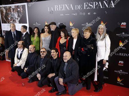 Spanish Film Maker Fernando Trueba (c) and His Actress Penelope Cruz (c-l) Pose For the Media Before the Premiere of the Film 'La Reina De Espana' (the Queen of Spain) in Callao's Cinema in Madrid Spain 24 November 2016 Spain Madrid