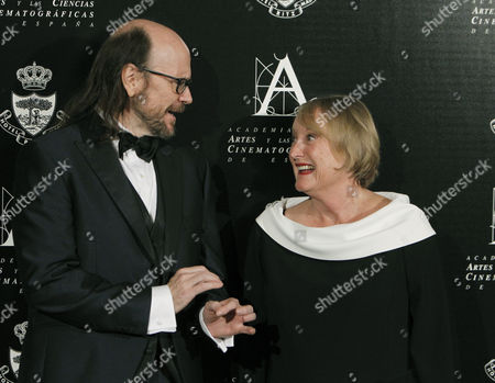 Spanish Film Director and Actor Santiago Segura (l) Poses with Spanish Film Academy President British Yvonne Blake (c) After Receiving the Spanish Film Academy Gold Medal in Madrid Spain 18 November 2016 Spain Madrid