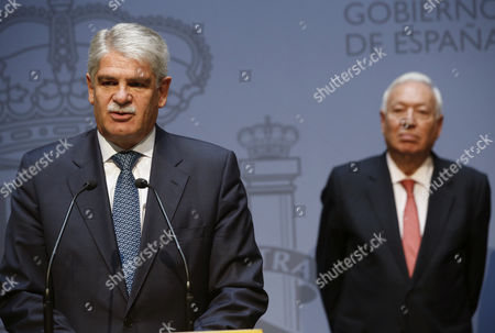 Spanish Foreign Minister Alfonso Dastis (l) Delivers a Speech While His Predecessor Jose Manuel Garcia-margallo (r) Watches on During a Swearing in Ceremony For the New Spanish Cabinet in Madrid Spain 04 November 2016 Spain Madrid