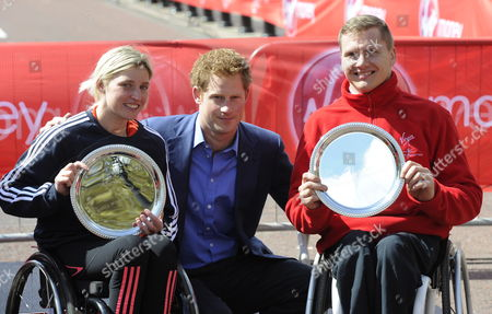 Britain Wheel Chair Winners David Weir (r) and Shelly Woods (l) Pose with Prince Harry (c) After Finishing the London Marathon in London Britain on 22 April 2012 Organisers Say Just Over 37 500 Entrants Have Registered For the Race United Kingdom London