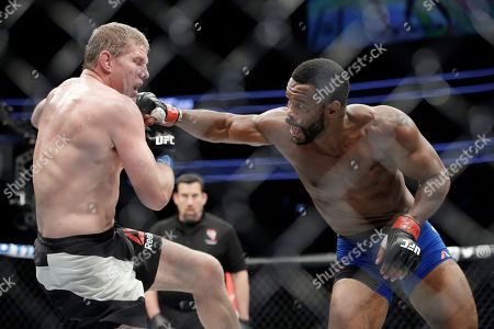 Rashad Evans, right, hits Daniel Kelly, of Australia, during a middleweight mixed martial arts bout at UFC 209, in Las Vegas